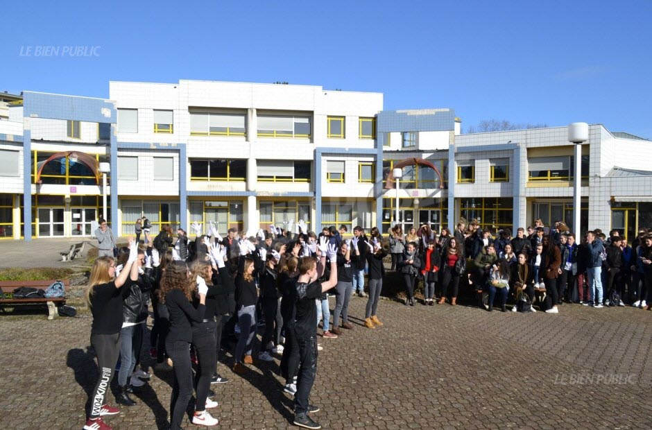 la-journee-commence-par-un-flash-mob-pendant-le-temps-de-la-recreation-dans-la-cite-scolaire-montchapet-photo-romain-bou-saada-1521208804.jpg